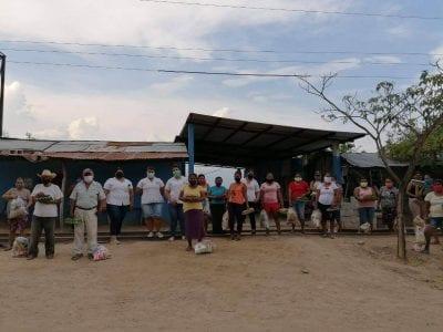 Enfermería dona alimentos a familias necesitadas Image