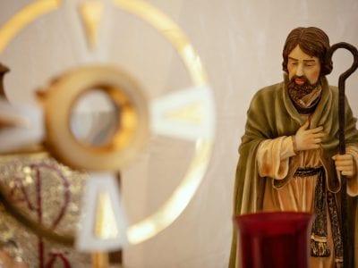 Nuestros hermanos, los santos Image